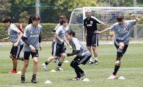 サッカー女子W杯に向け、国内最後の調整をする(手前左から)杉田、長谷川、鮫島=千葉県内