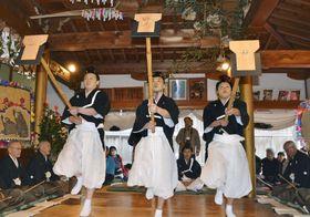 和歌山県かつらぎ町の遍照寺で上演された「花園の御田舞」=17日午後
