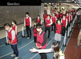 「Go To トラベル」で東京都発着の旅行が追加されるのを前に、成田空港で行われた、利用客による混雑を想定した訓練=30日夜