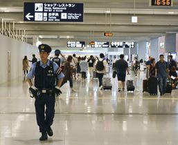 6月25日、G20サミットの開幕を前に関西空港内を警戒する警察官