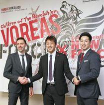 「楽しみながらトップを目指したい」と目標を語る佐々木選手(中央)。左はクライン監督、右は池田憲士郎ゼネラルマネジャー=17日、旭川市
