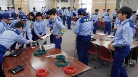 災害対策本部事務局の設営訓練に取り組む府職員(17日午前9時半、京都市上京区・府庁)