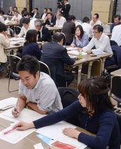 サイバー攻撃研修会で議論する参加者ら=17日午後、東京都港区