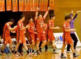トヨタ自動車東日本を下してリーグ4位に浮上し、喜ぶトヨタ紡織九州の選手=神埼中央公園体育館