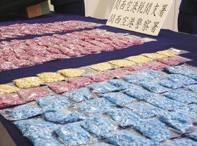 捜査当局がカナダ国籍の男から押収した合成麻薬MDMAの錠剤=2009年10月、関西空港で
