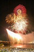 前回の狛江・多摩川花火大会で初めて登場した川崎市と狛江市の両岸を結ぶナイアガラ花火(狛江市提供)