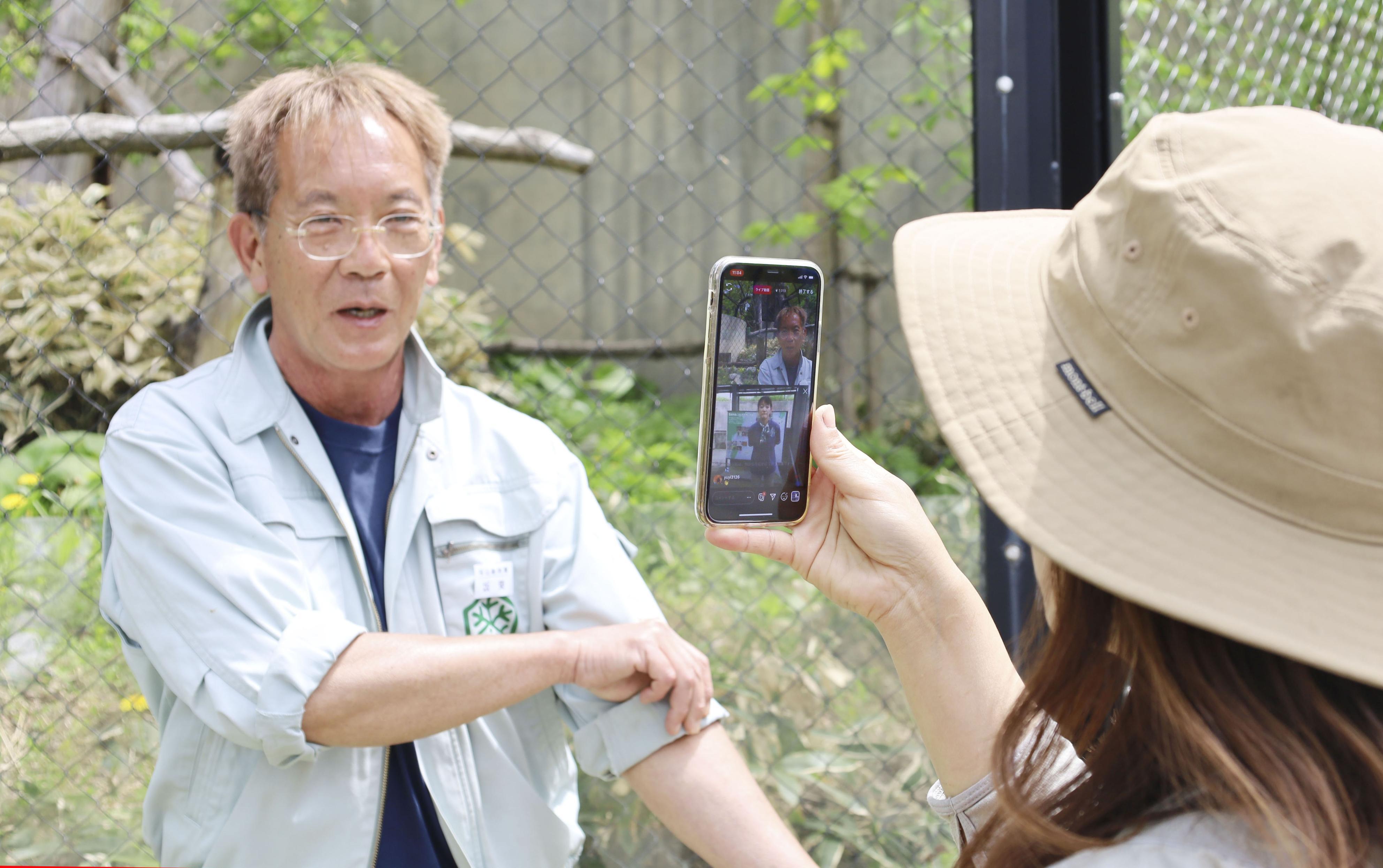 「インスタグラム」で、沖縄こどもの国とともに動画を生配信する旭山動物園の坂東元園長(左)=24日午前、北海道旭川市