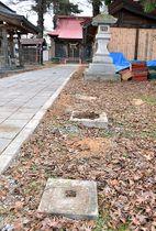 自衛隊員が衝突したとみられる鳥居が立っていた現場。土台だけが残っている=東根市・若木神社
