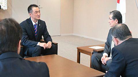 長野市役所で加藤市長(右から2人目)に今季の戦いを報告するAC長野の浅野監督(同3人目)ら
