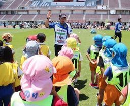 FC琉球のジュニアコーチ時代、子供たちに熱心に指導する宮城晃太さん(提供)