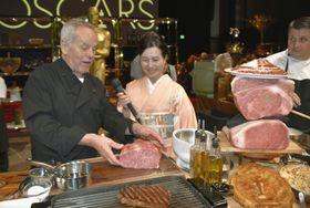 宮崎牛を手にするウルフギャング・パックさん(左)と曽原三友紀さん(中央)=15日、米ロサンゼルス・ハリウッド(共同)