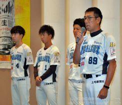 ファンの前で退任を語る平野監督(右端)。後方は(右から)富田、笠井、小黒=ホワイトイン高崎