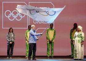 第3回夏季ユース五輪の閉会式で五輪旗を振るIOCのバッハ会長=ブエノスアイレス(OIS提供・共同)
