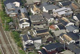 地震で屋根瓦などが被害を受けた住宅地=19日午前7時6分、山形県鶴岡市(共同通信社機から