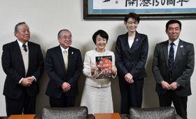 林市長(中央)を訪問した日本バスケットボール協会の三屋会長(右から2人目)ら=横浜市役所