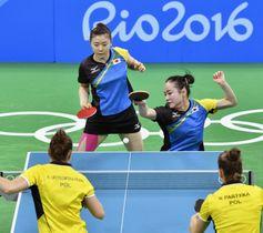 リオデジャネイロ五輪の卓球会場。東京五輪の卓球台は同じ「レジュブルー」と呼ばれる色、床面とフェンスが「紅色」になる=2016年8月