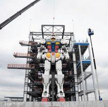 頭部が取り付けられ完成したガンダム=7月29日、横浜市