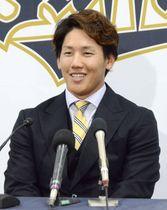 契約更改交渉を終え、記者会見するオリックスの吉田正=10日、大阪市