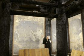 焼けた建材とともに収蔵庫で保管されている法隆寺の金堂壁画=2015年、奈良県斑鳩町