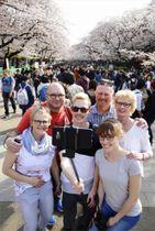 3月、東京・上野公園を訪れた外国人観光客