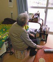 旧国立競技場隣にあった都営アパートを出ざるを得なかった伊藤純子さん(仮名)。「誰とも会話しない日もある」と話す=昨年12月25日、東京都渋谷区の都営アパートで