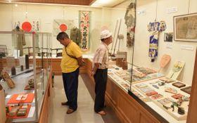 戦時下の暮らしを物語る品々や兵士の所持品などを集めた戦争資料展=多度津町家中、町立資料館