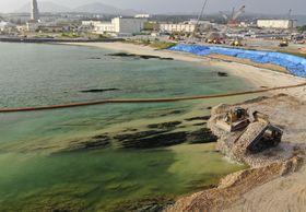 沖縄県名護市辺野古沿岸部の埋め立て海域南側で続けられる土砂の投入作業=17日午後(小型無人機から)