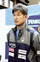 取材に応じる横浜FCの三浦=和歌山県上富田町