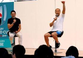 ラグビーワールドカップの魅力を語る元日本代表の伊藤剛臣さん(右)=15日午後、ハーバーランドスペースシアター(撮影・鈴木雅之)