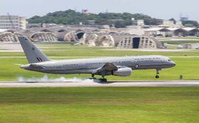 嘉手納基地に飛来したニュージーランド空軍の輸送機=16日午後1時10分(読者提供)