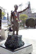 5月3日、韓国・釜山の日本総領事館近くに置かれている徴用工像(共同)