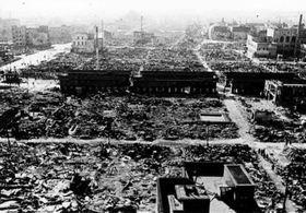 東京大空襲で焼け野原になった浅草。中央を横切る建物は焼け落ちた仲見世