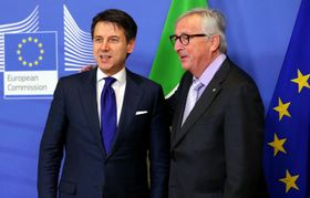 12日、ブリュッセルで欧州連合(EU)のユンケル欧州委員長(右)との会談に臨むイタリアのコンテ首相(ゲッティ=共同)