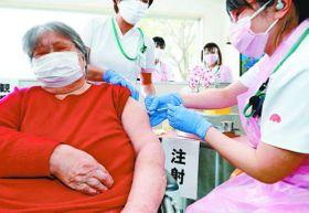 新型コロナウイルスのワクチン接種を受ける高齢者=徳島市丈六町の介護老人保健施設