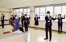 音頭の練習に取り組む新規採用職員ら=伊豆市役所別館