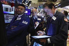 ニューヨーク証券取引所のトレーダー(AP=共同)