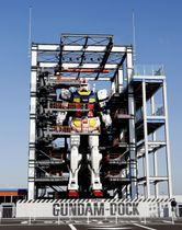 報道公開された「機動戦士ガンダム」の実物大模型=30日午前、横浜市の山下ふ頭