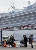 クルーズ船「ダイヤモンド・プリンセス」から下船した人たち=19日午後1時35分、横浜港
