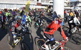 100キロのコースに向けて川南町役場を出発する参加者たち