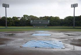 雨で順延となった試合会場のグラウンド=19日午前、奈良県橿原市、佐藤薬品スタジアム(撮影・秋山亮太)