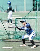 バント練習に汗を流す兵庫の前田桜茄主将=三田市のアメニスキッピースタジアム