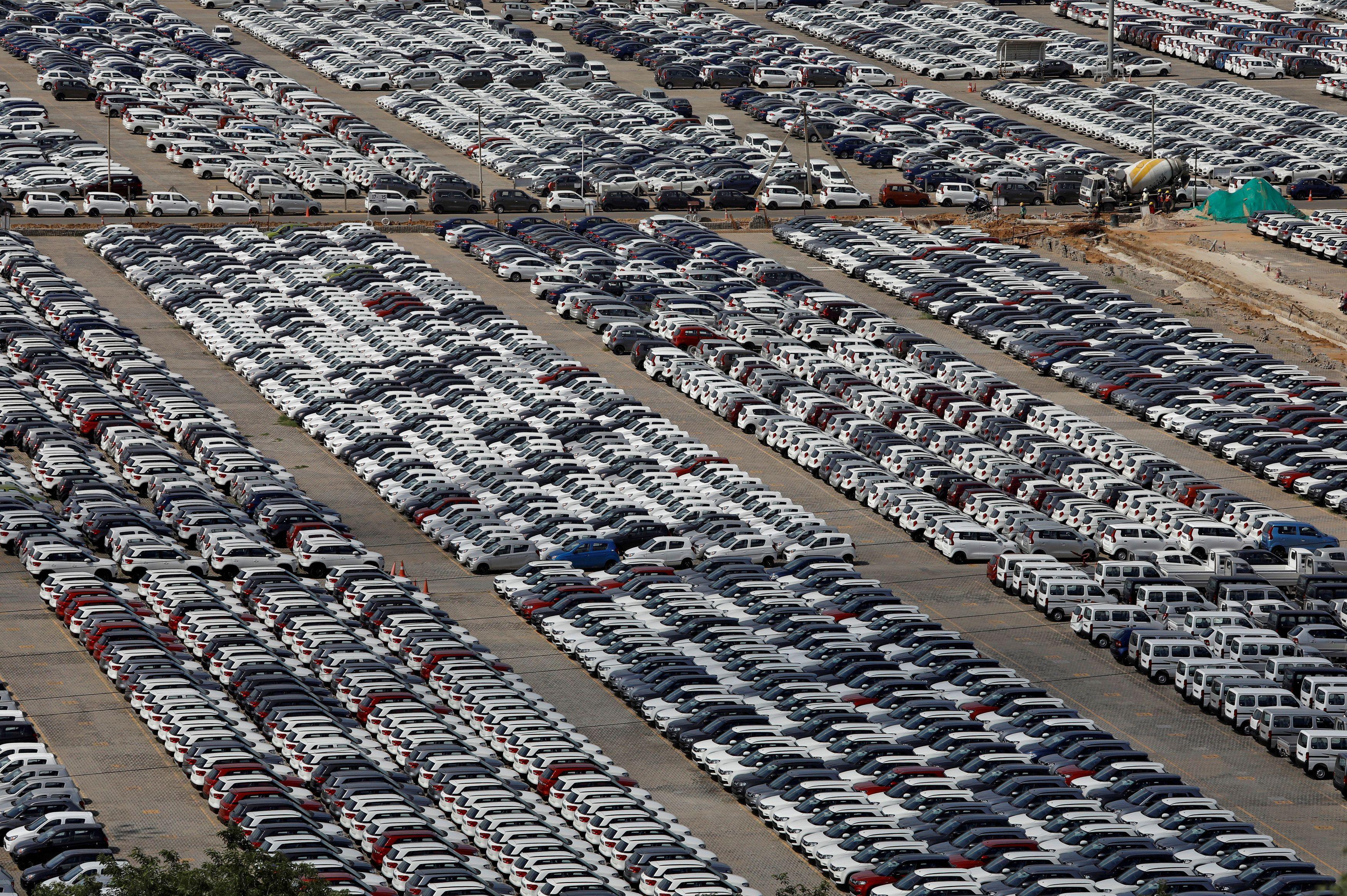 インドのマルチ・スズキのマネサール工場に並ぶ車=2019年8月(ロイター=共同)