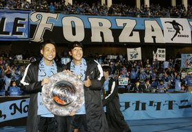 G大阪に大勝し優勝を決め、サポーターと写真に納まる川崎・小林(左)と中村=等々力