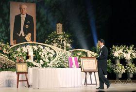 故吹田元自治相のお別れの会で献花する安倍首相=11日午前、山口市