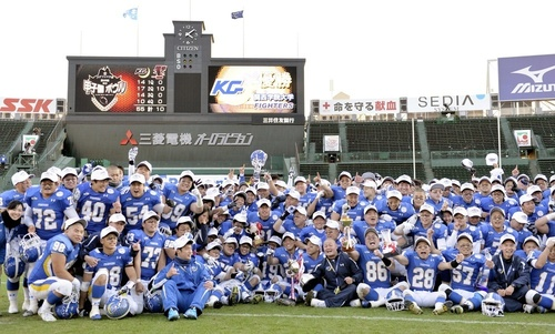 4年連続27度目の優勝を果たし、喜ぶ関学大の選手たち=14日、甲子園