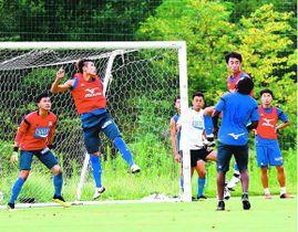 ゴール前で守備練習を重ねるイレブン=徳島スポーツビレッジ