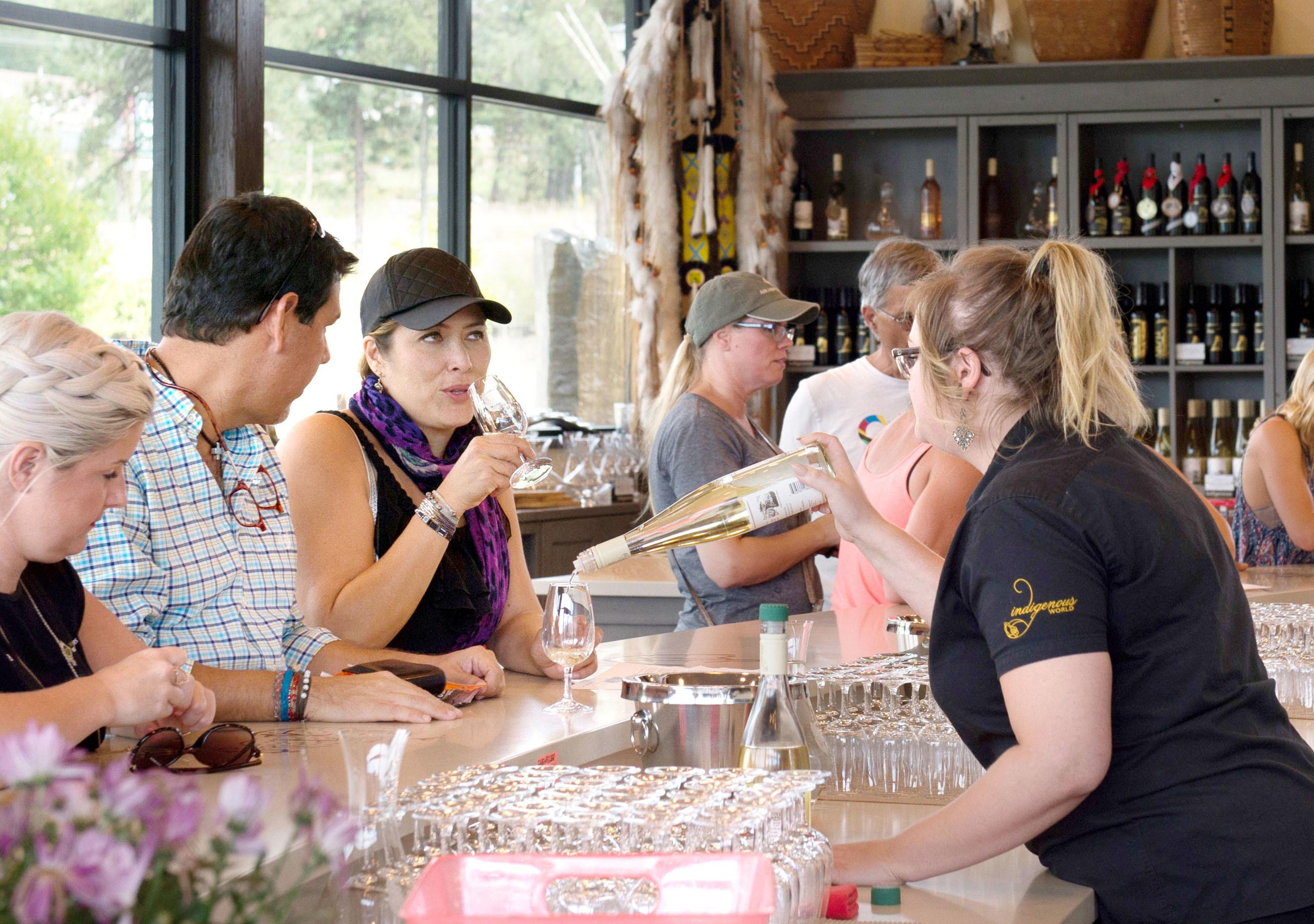 ワイナリーには販売のコーナーもあり、試飲を楽しむ観光客らでにぎわう=カナダ西部ブリティッシュコロンビア州オカナガン地方(撮影・鍋島明子、共同)