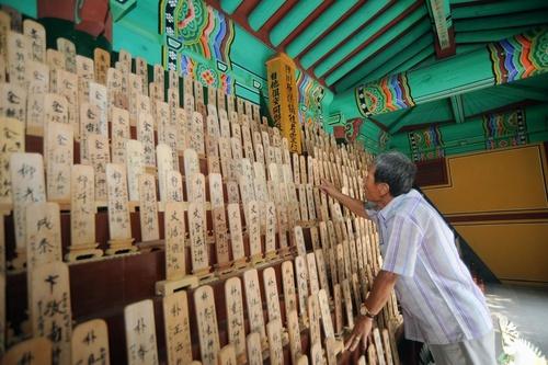 韓国南東部・陜川郡のほこらには、亡くなった韓国人被爆者の位牌が並び、生存する被爆者が追悼している。在間さんは、戦時中に強制連行され、被爆した韓国人被爆者を長年支えてきた=2016年5月12日(撮影・粟倉義勝)