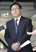 三菱自動車の前代表取締役会長カルロス・ゴーン被告の不正行為に関する内部調査結果を公表し、取材に応じる益子修会長兼最高経営責任者=18日午後、東京都港区
