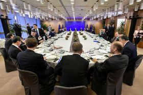 15日、ブリュッセルで、EUの首脳会議に出席した各国首脳ら(ロイター=共同)